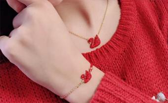 施华洛世奇红天鹅手链好看还是项链好看 施华洛世奇红天鹅手链是什么材质