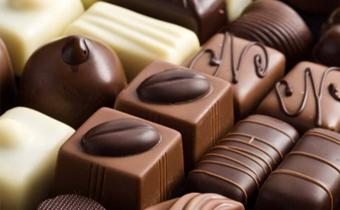 巧克力上面为什么会有白色的 巧克力上白色的可以吃吗