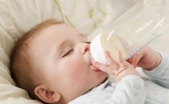宝宝大便很干很硬的原因 宝宝大便干硬是肠胃不好吗