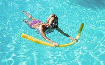 孕妇游泳对肚子的宝宝有伤害吗 孕妇游泳需要注意哪些安全事项