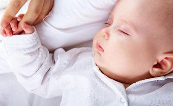 新生儿睡觉有必要穿衣服吗 婴儿穿衣服睡觉和裸睡哪个好