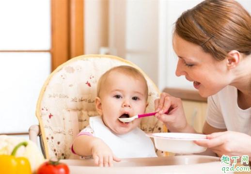 四个月宝宝吃辅食是抱着喂还是坐着喂 四个月宝宝怎么吃辅食好1