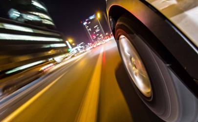 轮胎磨损不均匀一般什么问题 轮胎轮毂磨损影响开车吗