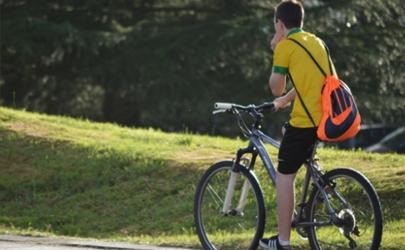 自行车两个轮子为什么不会倒 自行车怎么学会平衡