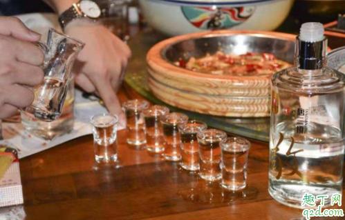 喝白酒多喝汤水能解吗 喝白酒为什么要喝矿泉水1