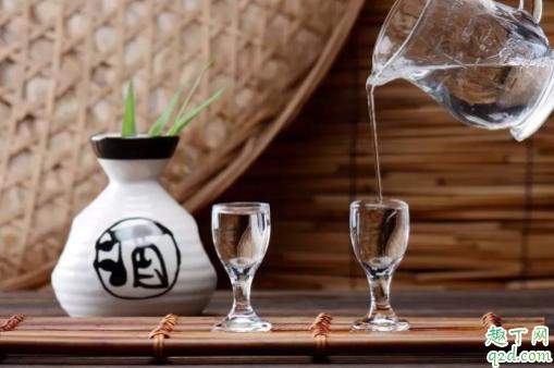 喝白酒多喝汤水能解吗 喝白酒为什么要喝矿泉水2