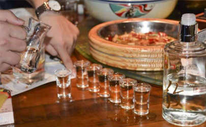 喝白酒多喝汤水能解吗 喝白酒为什么要喝矿泉水