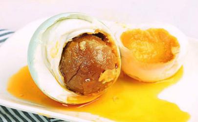 鸭蛋腌之前要用白酒泡一下吗 腌咸鸭蛋要用白酒泡多久