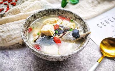 鱼头豆腐汤可以放菠菜吗 鱼头豆腐汤可以放什么配菜