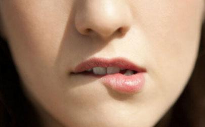 女生咬嘴唇是什么心理 女人咬嘴唇暗示什么