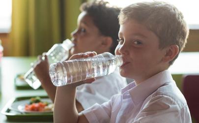 自来水和纯净水哪个烧开对身体好 自来水和纯净水能混在一起喝吗