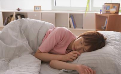 散头发睡觉更健康99%的人都错了,怪不得头发油得快