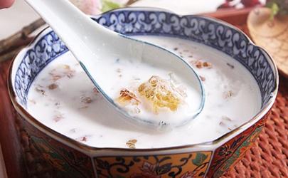煮桃胶放纯牛奶好还是椰奶好?看你喜欢哪种口味!