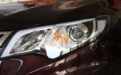 汽车灯亮不亮和透镜有关系吗