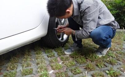 车轮胎容易卡石怎么处理