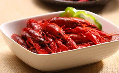 小龙虾炒多长时间加水?虾壳变红就可以加水了!