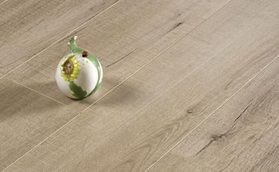 刚安装的木地板可以踩不