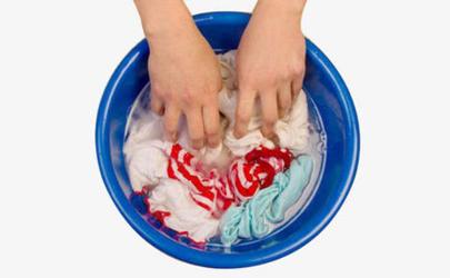 衣服用盐水泡了还要用清水洗吗