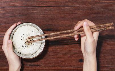 为什么煮木筷子的水是绿色的