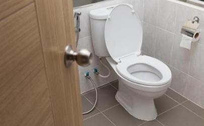 卫生间洗澡马桶下面是水怎么解决