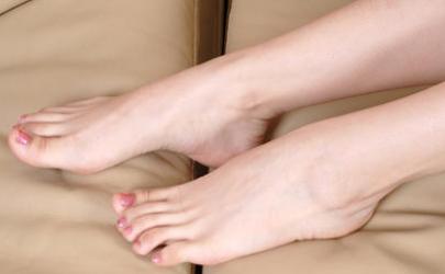 脚趾撞了一下很痛怎么办