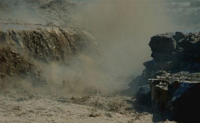在山上遇到泥石流時你會怎么做