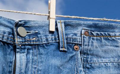 牛仔裤和黑色裤子一起洗会染色吗