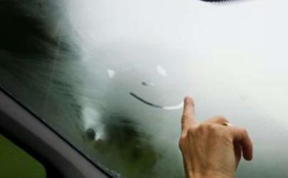夏天下雨车窗里面起雾怎么解决