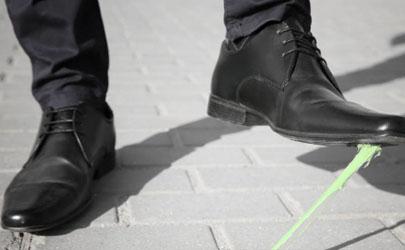 鞋底粘上口香糖變干變黑怎么辦