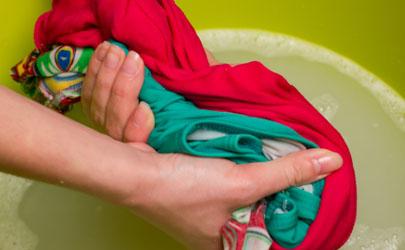猫尿在衣服上发黄了怎么洗掉