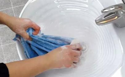 洗衣服用清水洗得干净吗