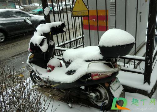 下雪天电瓶车打滑咋整1