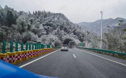 高速遇到下雪怎么开车