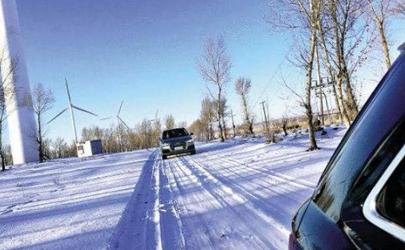 下雪天开车是跟前车印记走还是自己走好