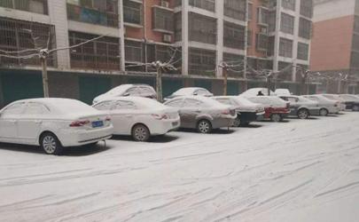 车上的积雪用凉水冲吗