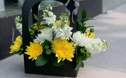清明节上坟鲜花插在什么位置好