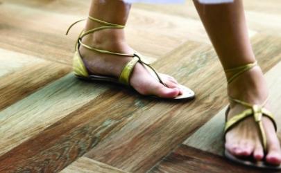 地板粘脚是什么原因