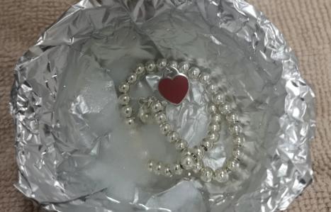 锡纸加盐加开水洗银子为什么很臭插图2