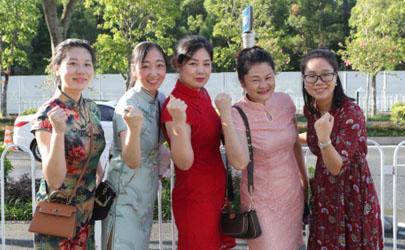 2021年中考送考家长旗袍穿红色还是绿色