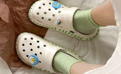 夏天穿袜子配拖鞋很奇怪吗