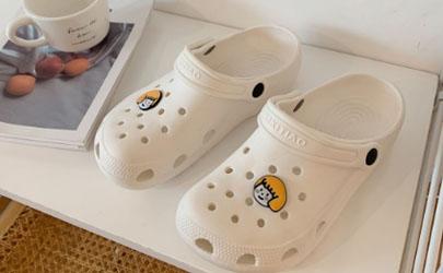 洞洞鞋买大还是买小