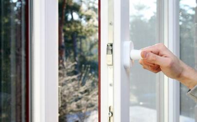 高温天气开窗户还是关窗户