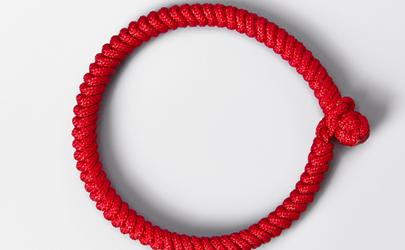 男生脚上有红绳是弯的吗