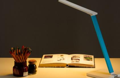 写作业台灯的正确摆放位置(台灯什么角度最保护眼睛)