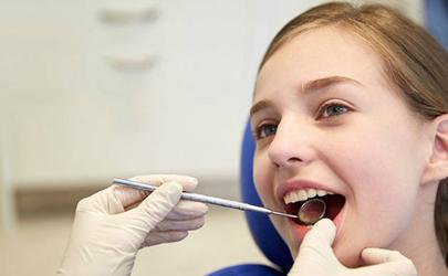 拔牙后口水带血可以咽下去吗